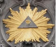 Das Auge des Horus befindet sich in einem Dreieck (das die Gottheit symbolisiert), umgeben vom Leuchten des Sirius, dem Blazing Star