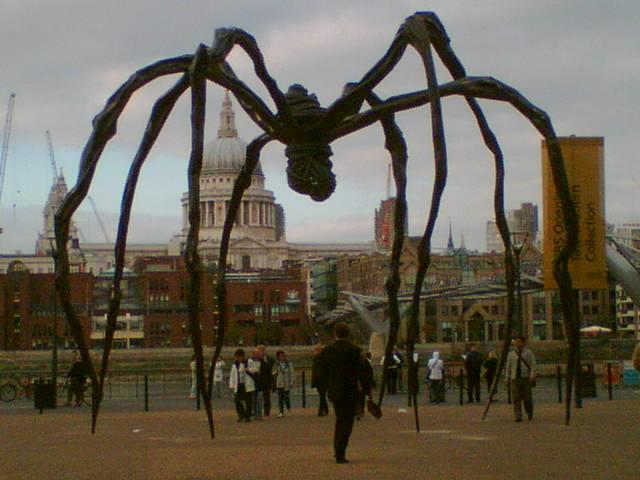 QAnon: Folge den Spinnenskulpturen, die Mamans genannt werden, rund um die Welt
