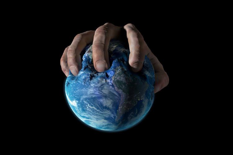 Hände auf der Erde